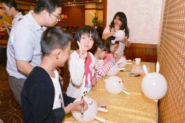 高雄生日抓週派對魔術氣球表演+可愛人偶拉拉熊+互動遊戲主持 (13)